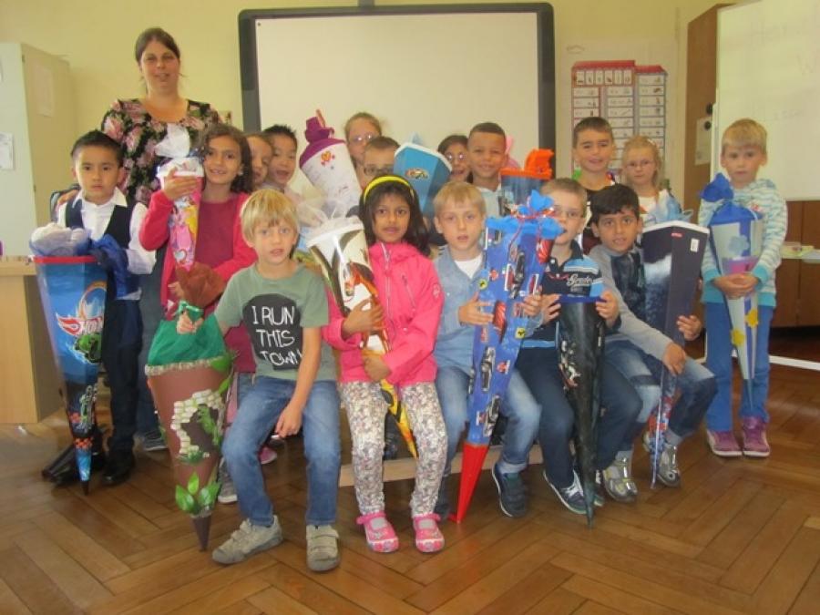 Unsere neue Klasse 1b mit ihrer Klassenlehrerin Frau Mandler