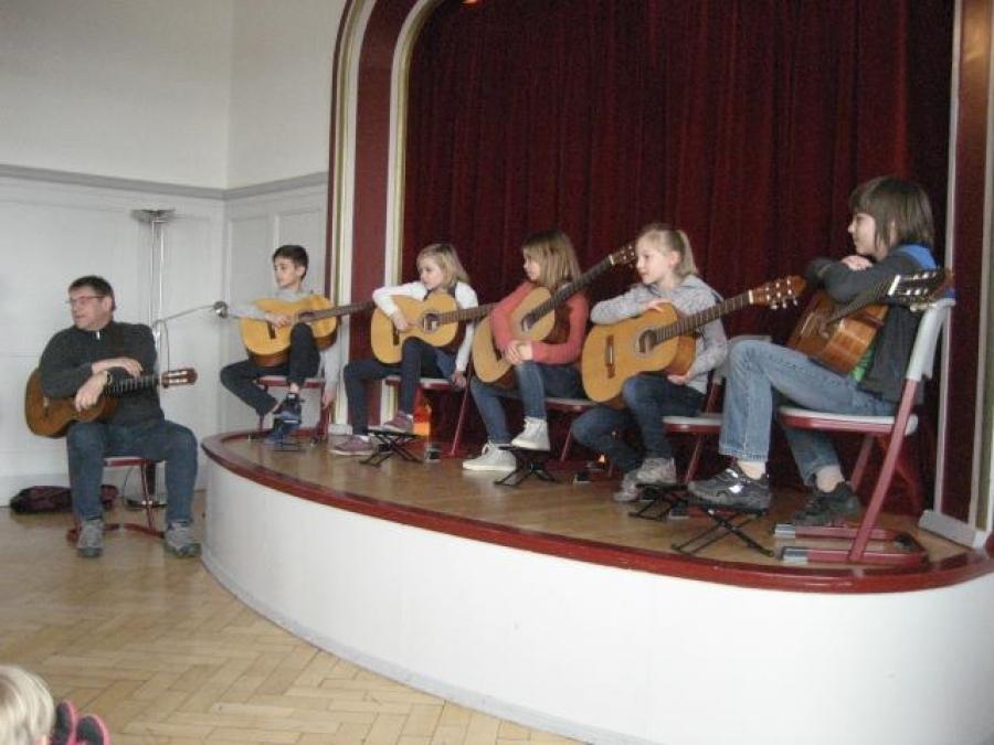 Gitarrenklänge stimmten uns auf die Preisverleihung des Lesewettbewerbes ein