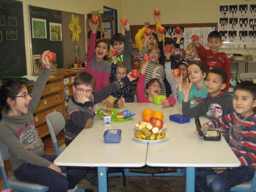 Obst für unsere Erstklässler - Danke Rotary Club und Gießener Tafel
