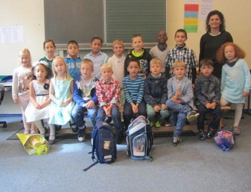 Unsere neue Klasse 1a mit ihrer Klassenlehrerin Frau Yagci