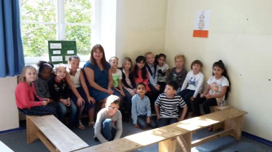 Die Kinder der Klasse 1b mit ihrer Klassenlehrerin Frau Volk